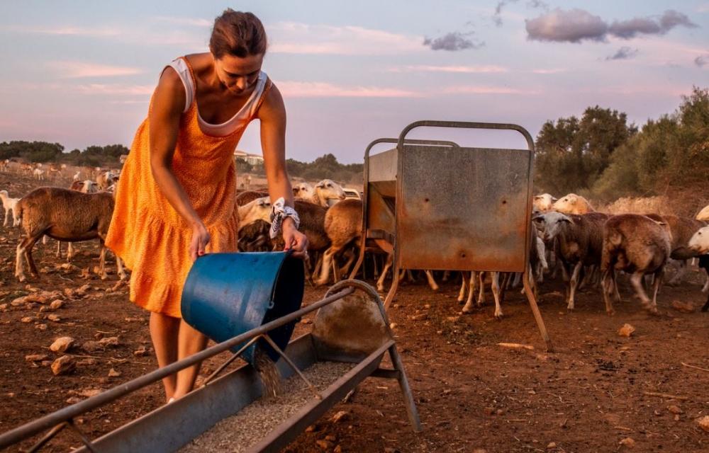 Agricultura entrega los premios del I certamen de fotografía sobre la mujer rural con el objetivo de reivindicar su papel