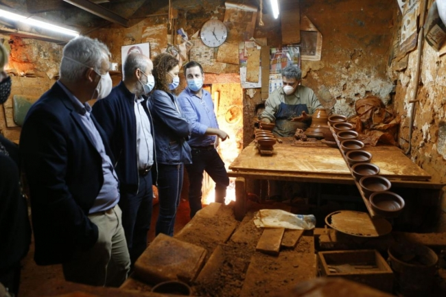 La presidenta Cladera expresa su apoyo a la industria artesana del barro en Marratxí