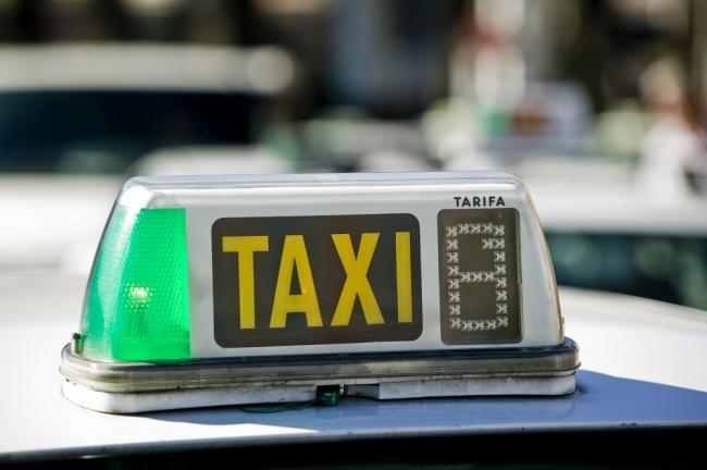 Los vehículos de servicio, como taxis o autocares, pueden exhibir publicidad de otras empresas
