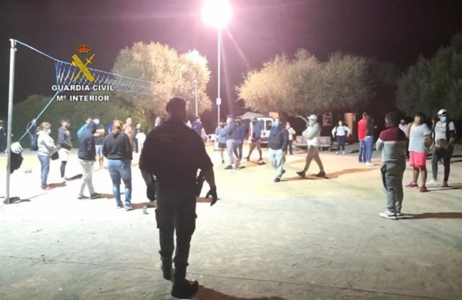 La Guardia Civil desmantela una fiesta con 56 personas en una finca de Petra