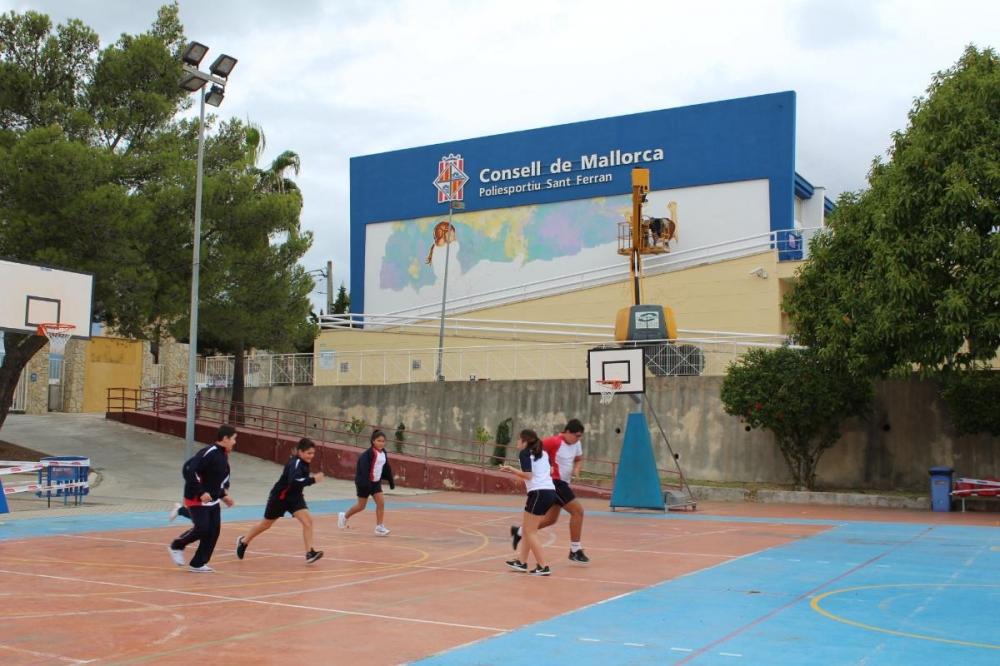 Joan Aguiló  està creant una obra de gran format a la façana del pavelló esportiu del Consell de Mallorca