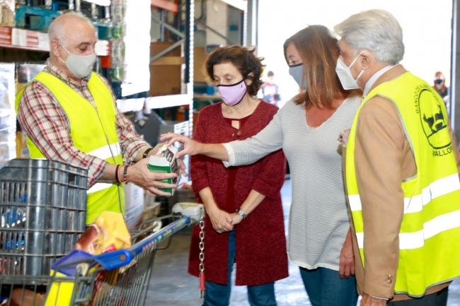 Armengol y Santiago visitan las instalaciones del Banco de Alimentos de Mallorca para dar apoyo a su labor