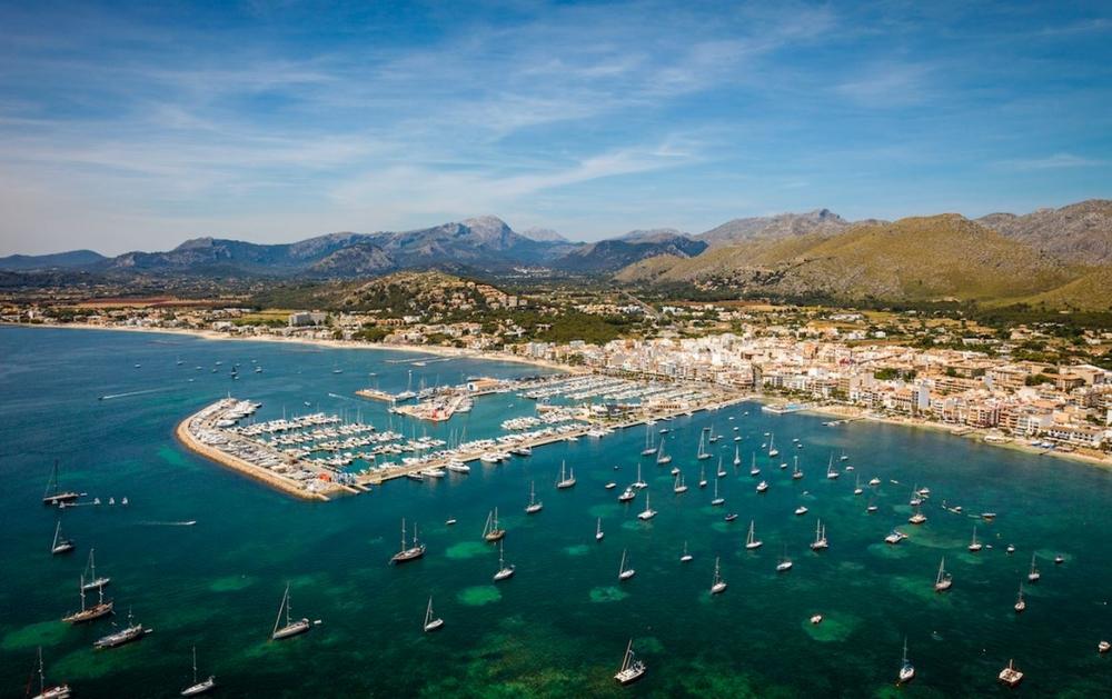 El Ayuntamiento y la Asociación Hotelera se reúnen para 'buscar soluciones y mejorar el saneamiento del Puerto de Pollença'