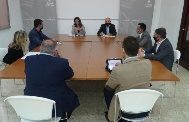 Armengol se reúne con el Consell y los ayuntamientos de Eivissa para analizar la situación sanitaria de la isla