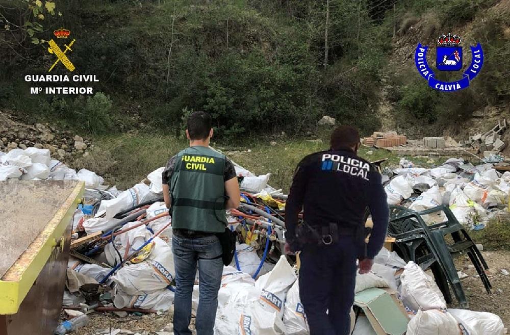 La Guardia Civil y la Policía Local de Calviá denuncian a una empresa por un vertido de escombros en una finca rústica