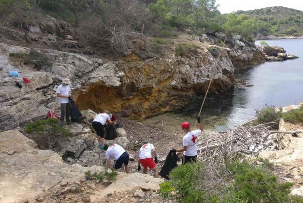 El 93,8 % de los residuos marinos recogidos en las playas de Cabrera son plásticos