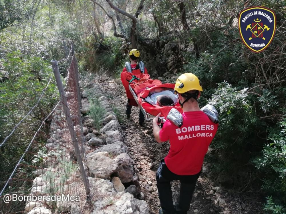 Bomberos de Mallorca rescatan a una niña por una caída y un corte en la pierna