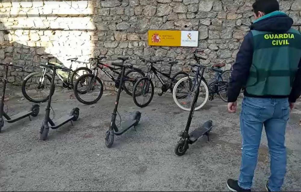 La Guardia Civil expone en Artá bicicletas y patinetes eléctricos sustraídos
