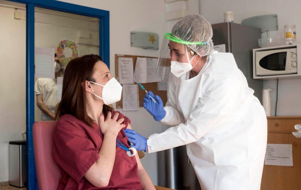 Arranca la vacunación contra la Covid-19 en las residencias de Mallorca y Menorca