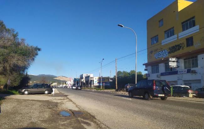 Mobilitat i Infraestructures limpia el arcén de la carretera del polígono de Can Valero
