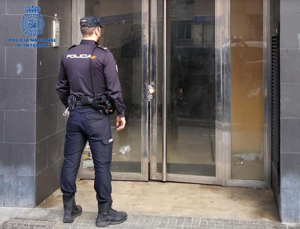La Policía Nacional detiene a ocho personas por daños en dos viviendas