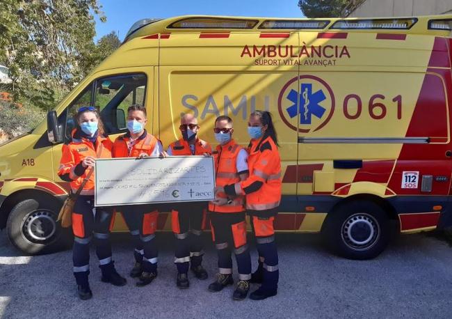 Técnicos del SAMU 061 entregan el donativo de 8.596 € de la venta de 'Galletas identificativas solidarias'