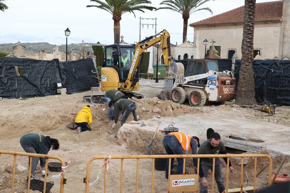 Reinician las tareas de excavación y exhumación en el cementerio de Porreres