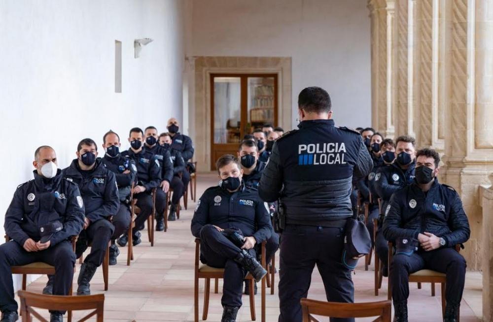 Veintidós dos policías locales interinos en prácticas toman posesión en el Ayuntamiento de Manacor