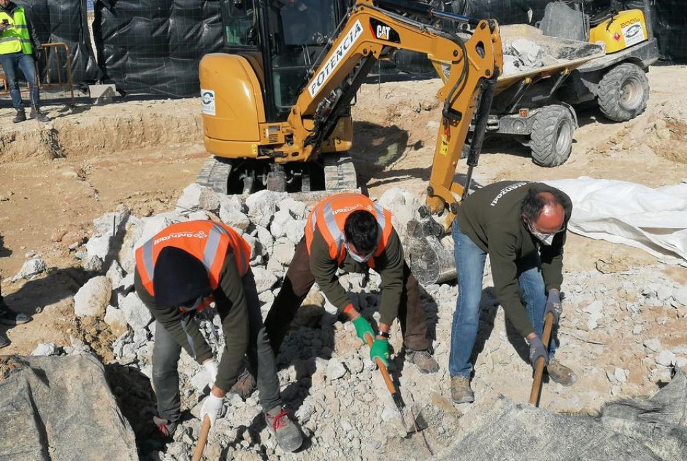 Encuentran una cimentación fuera de lo habitual sobre la fosa número 5 del cementerio de Porreres