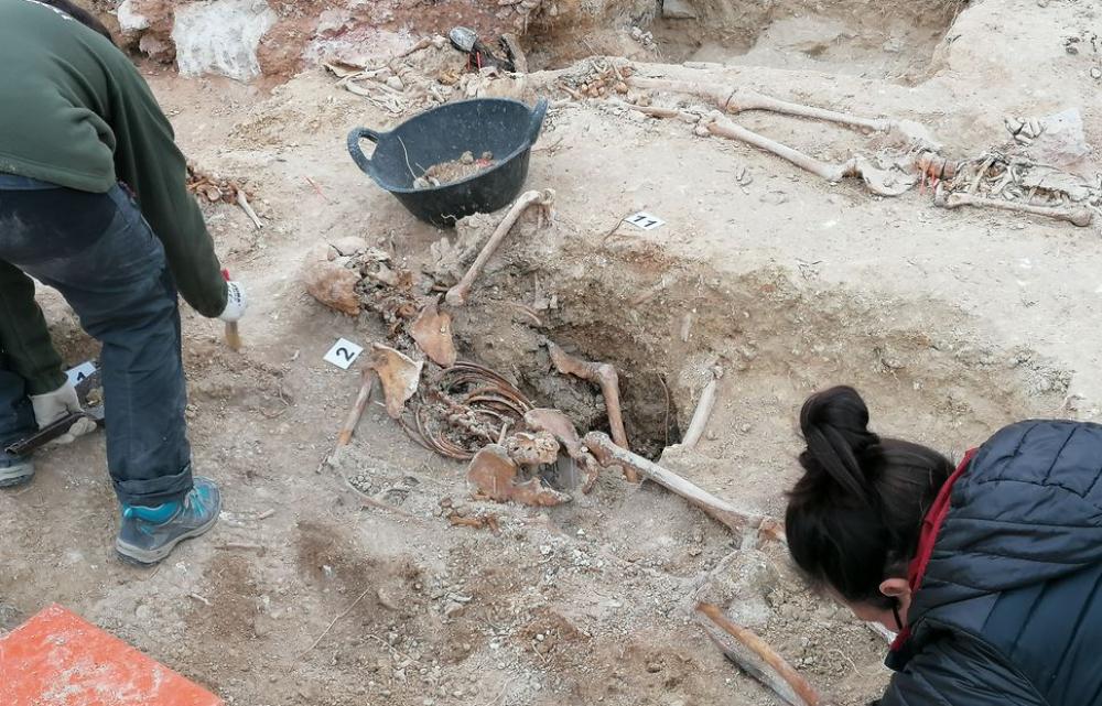 Los restos de unas 20 víctimas del franquismo aparecen en la fosa de Porreres
