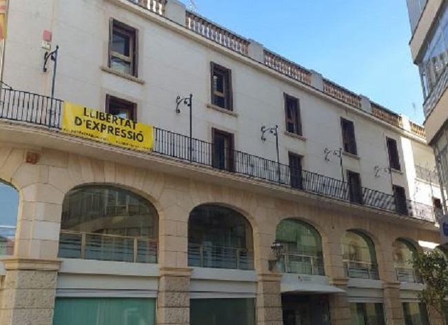 Instan al Ayuntamiento de Manacor a respetar la legalidad y mantener la neutralidad de los edificios públicos