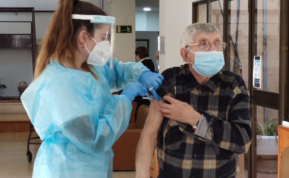 Salud inicia la vacunación de personas mayores de 80 años en los centros de salud