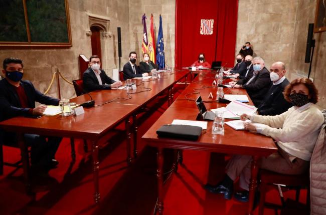 El Govern y los Consells insulars abren una línea de ayudas de 3 millones de euros para el sector del transporte