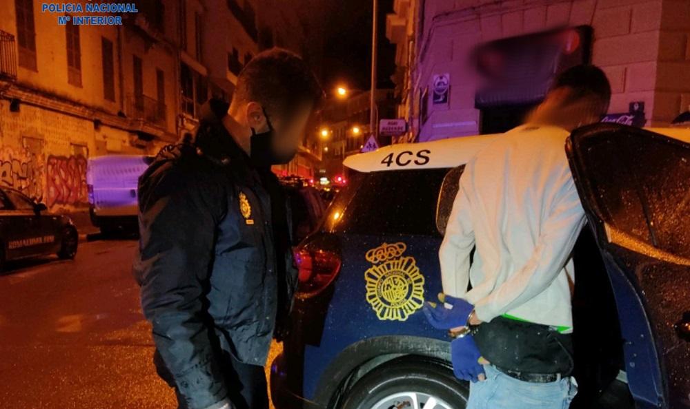 La Policía Nacional detiene a un varón por robo con fuerza en interior de vehículo