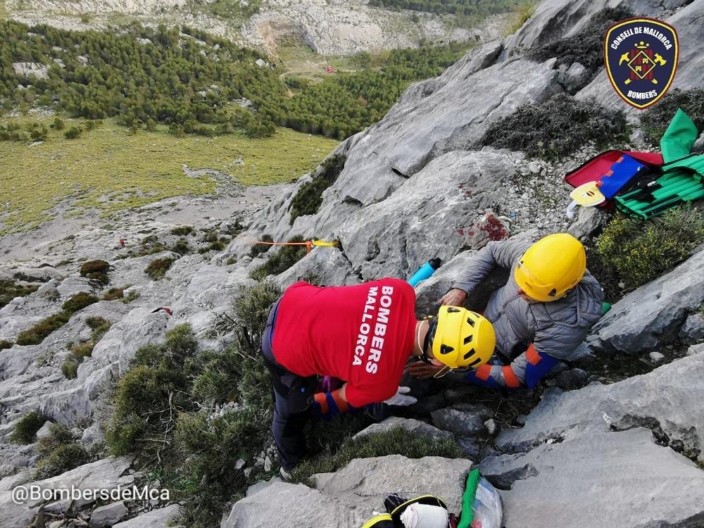 Bomberos realizan un rescate de un hombre accidentado mientras hacía escalada