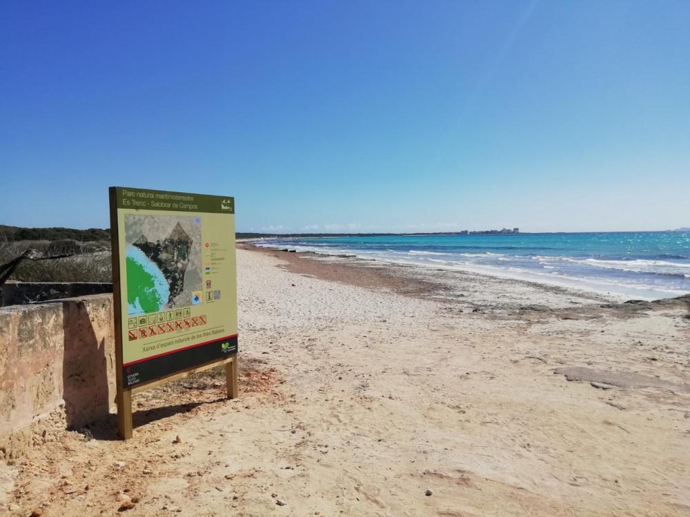 El Impuesto de Turismo Sostenible financia la señalización del Parque Natural de Es Trenc-Salobrar de Campos