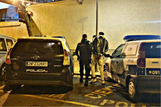 El detenido se acercó a la víctima por su espalda y le colocó un objeto punzante