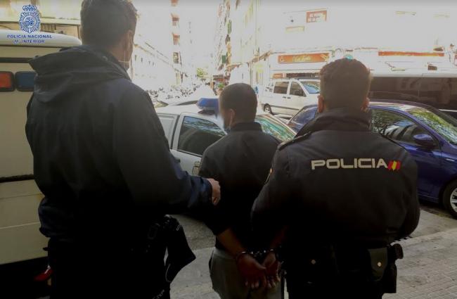 Embistió con un coche a una mujer de edad avanzada a la que había robado el bolso