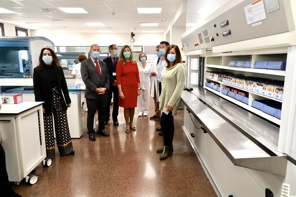 Armengol y la secretaria de Estado de Sanidad visitan el laboratorio de Son Llàtzer tras la renovación de su equipamiento