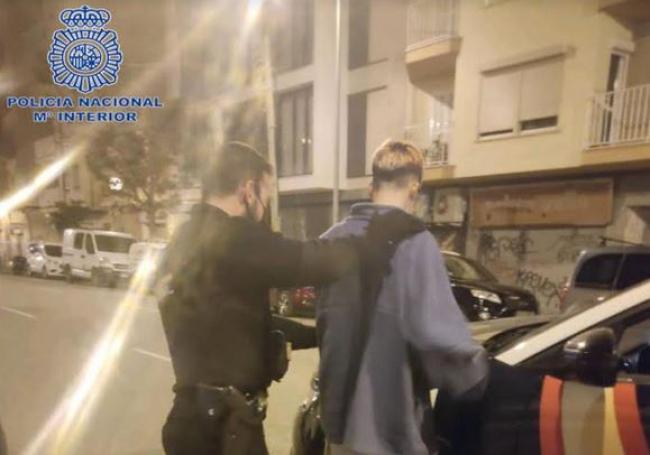 La Policía Nacional detiene a 2 hombres por varios delitos de robo con fuerza en interior de vehículos