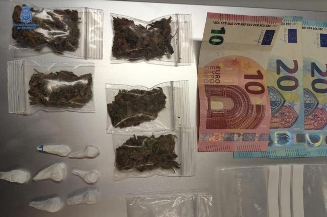 Detenido después de intentar huir y deshacerse de la droga que llevaba en una bolsa