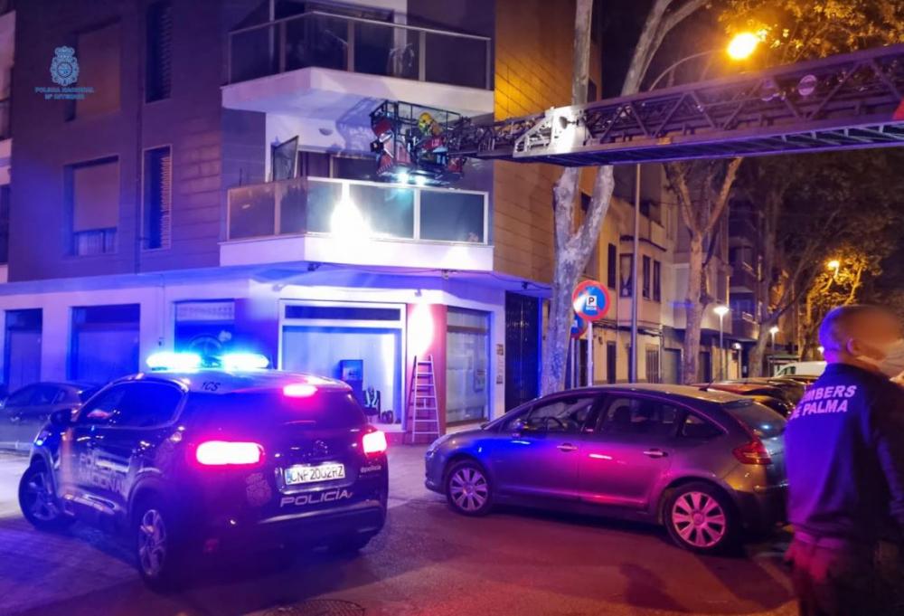 La Policía Nacional mediante la ayuda de bomberos detiene a cuatro jóvenes que forzaron una ventana de un primer piso