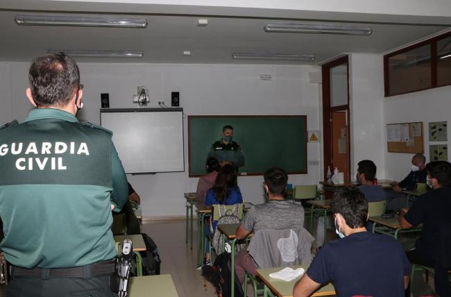La Guardia Civil imparte unas charlas a los alumnos de grado superior de Gestión Forestal y Medio Natural