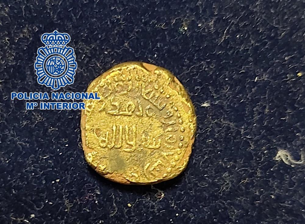 La Policía Nacional recupera una moneda dinar de oro hispanomusulmana procedente de un expolio
