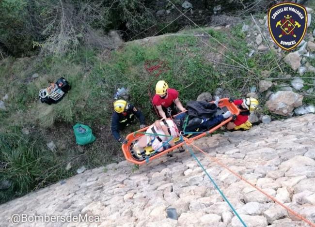 Un motorista se accidenta y precipita en la carretera Ma-10, cerca de Banyalbufar