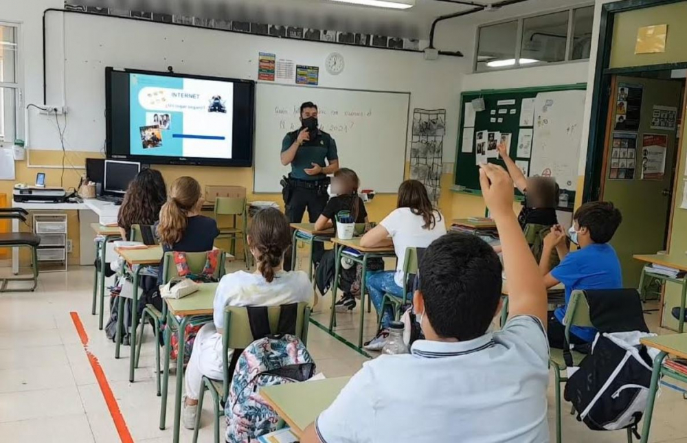La Guardia Civil realiza charlas en colegios de Calvià sobre los peligros de Internet y Redes Sociales