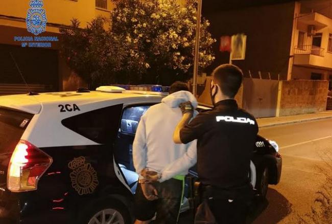 La Policía Nacional detiene a dos personas, en la misma noche, por varios delitos de robo con fuerza en vehículos