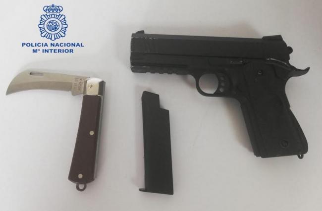 La Policía Nacional detiene a un joven por amenazar con una pistola a los responsables de un bar