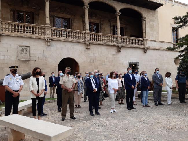 Minuto de silencio en condena del asesinato machista ocurrido en Ibiza