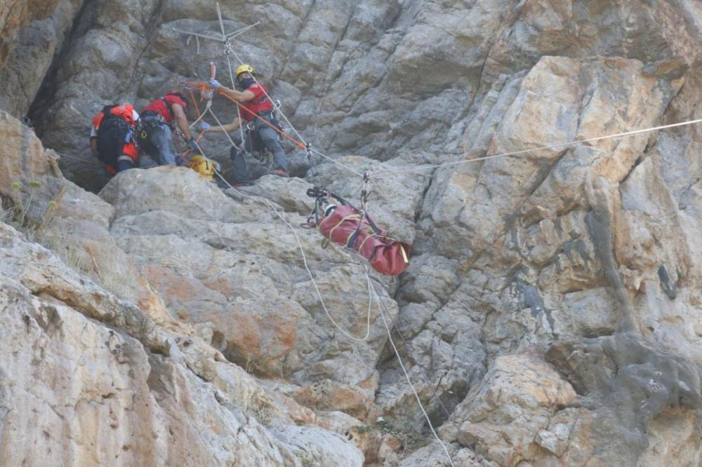Los Bomberos de Mallorca y el SAMU 061 realizan practicas para atender salvamentos extremos de montaña
