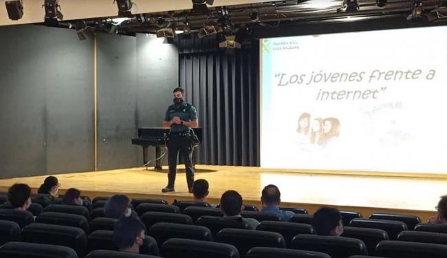 La Guardia Civil continúa con las conferencias en colegios de Baleares sobre los peligros de Internet y Redes Sociales