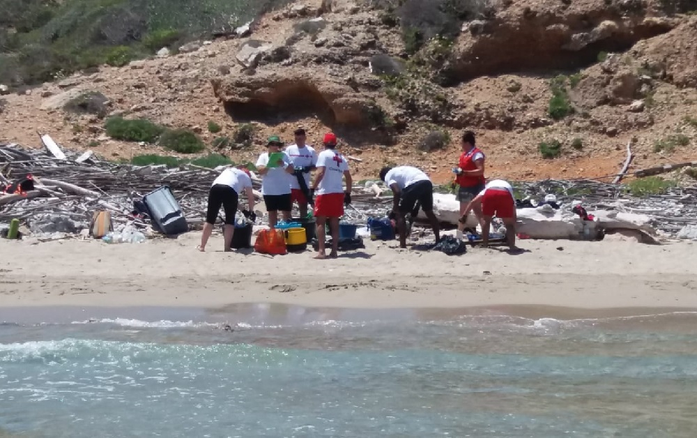 Voluntarios de Cruz Roja participan en una jornada de limpieza de playas en el Parque Nacional de Cabrera