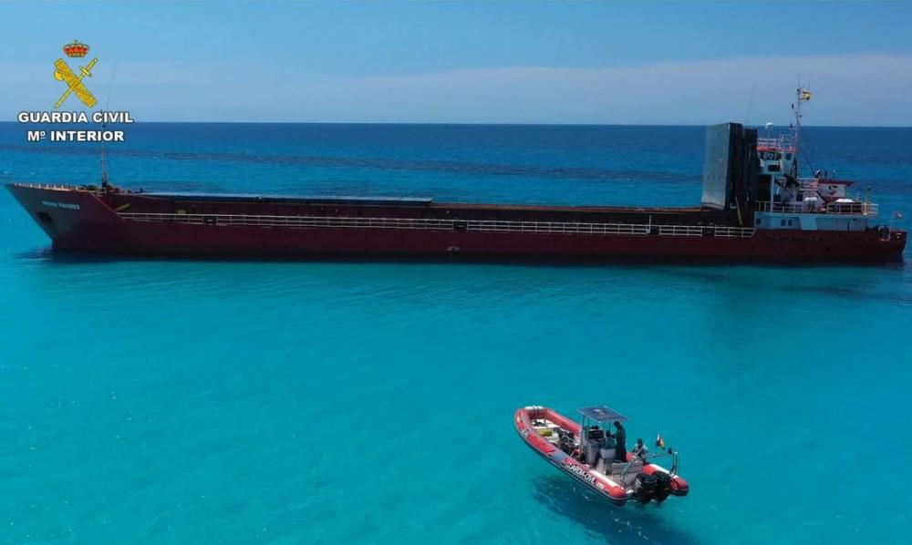 La Guardia Civil inspecciona la zona donde encalló el carguero en Formentera