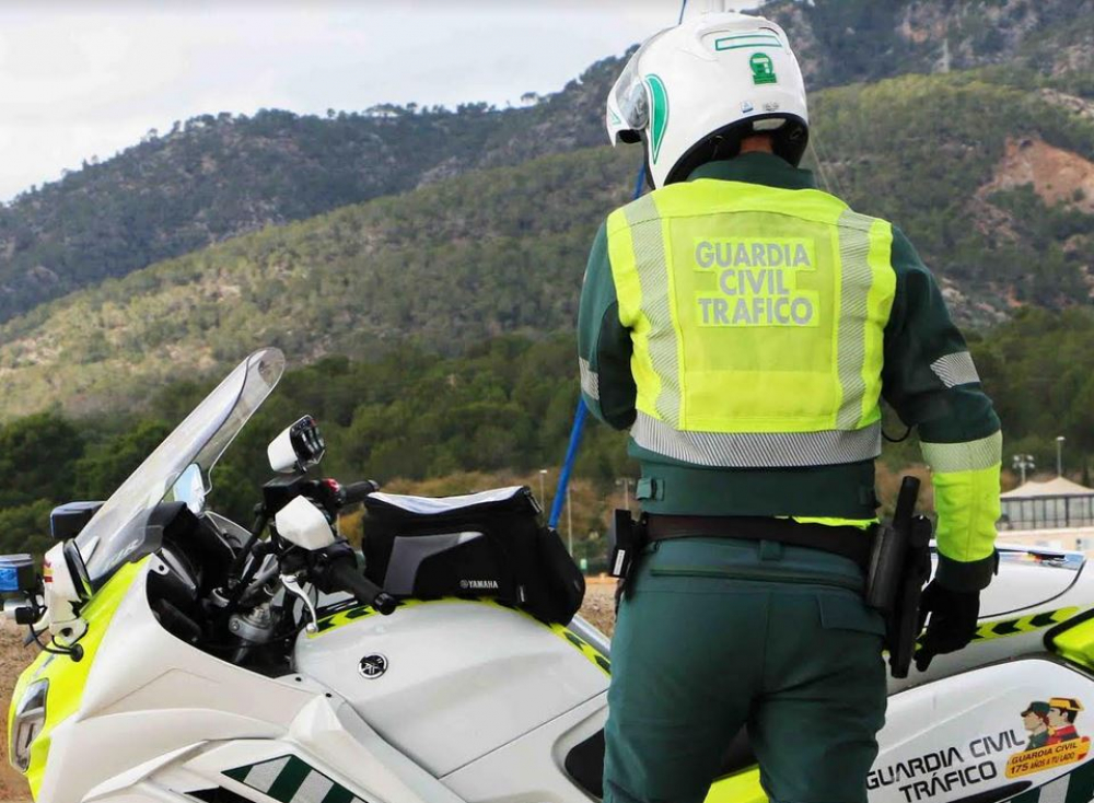 La Guardia Civil detiene a un hombre en Menorca por adelantar en línea continua y huir cuando se le dio el alto