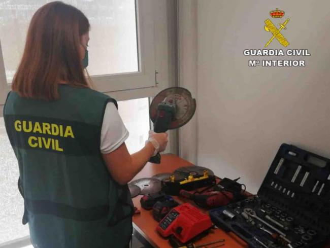 La Guardia Civil ha detenido a dos hombres por el robo de catalizadores en vehículos estacionados en la vía pública