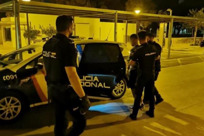 Varios jovenes interceptan y retienen al presunto autor de un hurto en playa de Palma