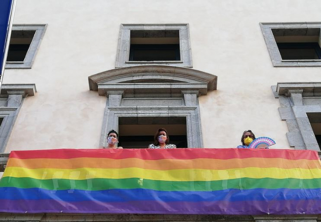 La bandera del Arco Iris luce en la fachada de la conselleria de Presidencia, Función Pública e Igualdad