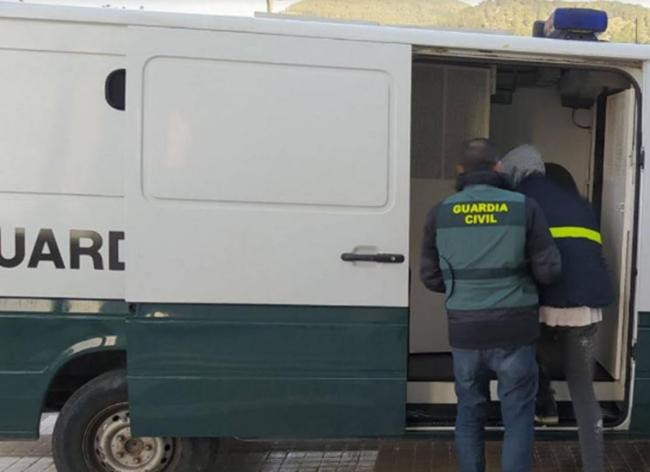 Detenido un taxista ilegal en Ibiza que aprovechaba los traslados para marcar las viviendas y entrar a robar