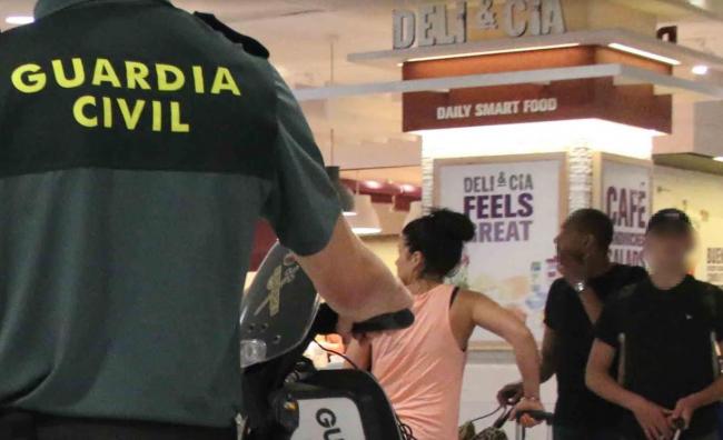 La Guardia Civil detiene a los hombres que incendiaron mobiliario en la playa de Santa  Ponça