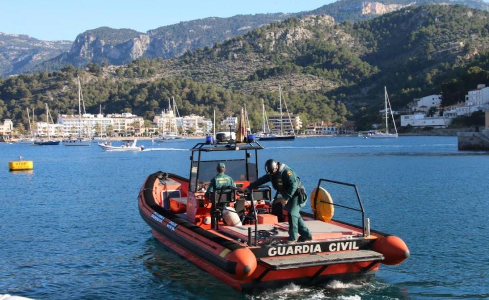 La Guardia Civil intercepta la embarcación en la que viajaba la persona que rajó dos  neumáticas en el Puerto de Sóller